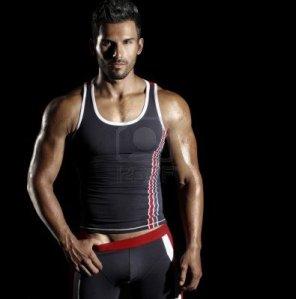14732866-tres-bien-construit-modele-sexy-masculin-sportwear-actif-a-la-mode-sur-fond-noir-avec-copie-espace